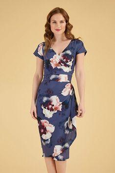 Krásné šaty z kolekce Lady V London, které zdůrazní Vaše křivky a skvěle sednou. Užijete je na svatby, krásné letní dny, zabalit je můžete i na dovolenou. Tmavě modrá barva se vzorem květin, velmi příjemný, splývavý materiál (95% polyester, 5% elastan), vpředu překřížený výstřih, krátký rukáv, řasené k jedné straně, kde jsou zdobené volánem. Zapínání vzadu na krytý zip. Short Sleeve Dresses, Dresses With Sleeves, Wrap Dress, Fashion, Moda, Sleeve Dresses, Fashion Styles, Gowns With Sleeves, Fashion Illustrations