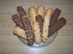 Gyerekkorom egyik kedvenc sütije, ami otthon készítve sokkal jobb, mint a bolti változat volt valaha is. Szerintem legalább is. Ha valaki szereti a kekszet, akkor ezt a sütit is szeretni fogja. Több verziója is készíthető, én a gyerekkorom emlékeiből felsejlő vaníliás, kakaós, illetve a mogyorós…