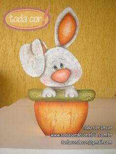 Coelhinho cachepo pintado ao estilo country. Além de presentear com bombons, depois o cachepo pode ser usado como porta lápis ou mini floreira. R$40,00