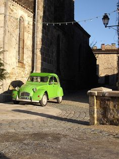 My mom had a 2cv just like this when I was growing up. Such cool cars.