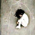 Una imagen tomada en un orfanatorio iraquí, la pequeña nunca conoció a su madre, pero se le ocurrió dibujarla en el suelo para dormirse en su pechoned