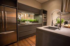 Cozinha integrada aposta na madeira e em móveis multiúso – CASA.COM.BR
