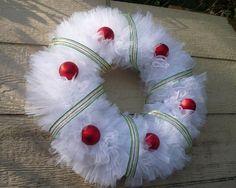 beautiful christmas decor ideas DIY tulle wreath ribbons red balls