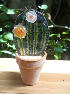 I like they way they did the flowers Fused Glass Ornaments, Fused Glass Art, Mosaic Glass, Cactus Decor, Cactus Art, Mini Cactus, Stained Glass Flowers, Stained Glass Crafts, Glass Garden