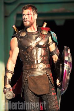 First look at Chris Hemsworth as Thor in Thor : Raganrok From http://tw.weibo.com/torilla/4083227608584051 Via http://ew.com/movies/thor-ragnarok-exclusive-first-look-photos/super-double-issue/