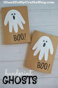 Perfetti da fare con i bambini questi bigliettini a tema Halloween: i fantasmi sono fatti ritagliando la forma di una mano!