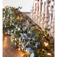 Elegant and unusual. A versatile, real-looking garland with handfuls of leaves bound together. L.180cm.
