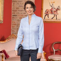 Kelchkragen-Bluse Bleu-Weiß,  100 % Baumwolle. Diese elegante Bluse mit femininer Kelchkragen-Variante ist ein absoluter Blickfang.  Artikelnummer: 2 532 583  ab 89,90 €