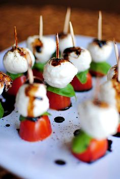 Caprese Skewers With Balsamic Drizzle recipe for wedding cocktail hour. Bite size snacks Caprese Skewers With Balsamic Drizzle recipe for wedding cocktail hour. Bridal Shower Appetizers, Wedding Appetizers, Wedding Snacks, Birthday Appetizers, Wedding Finger Foods, Cold Finger Foods, Bridal Showers, Finger Foods For Party, Easy Wedding Food