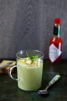 Soupe concombre avocat Une petite crème froide ou soupe de concombre et avocat, verte, fraîche et veloutée ? Appartenant à la même famille de ma soupe concombre, yaourt et raisin…