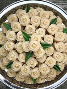ขนมกล้วย Thai Recipes, Healthy Recipes, Thai Dessert, Moon Cake, Dessert Recipes, Desserts, Food Presentation, I Foods, Pasta Salad