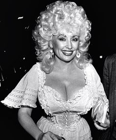 Dolly Parton I love this woman! Dolly Parton Young, Dolly Parton Costume, Madonna, Dolly Parton Pictures, Actrices Hollywood, Sexy Older Women, Hello Dolly, Beautiful Celebrities, Beautiful Ladies