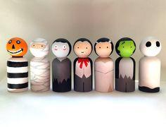 Wood Peg Dolls, Clothespin Dolls, Wood Toys, Manualidades Halloween, Halloween Crafts, Halloween Village, Halloween Decorations, Doll Crafts, Diy Doll