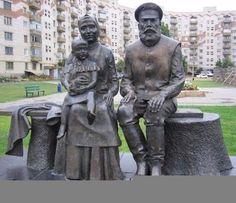 Памятник ...Бабушке и Дедушке в Магнитогорске...Россия...