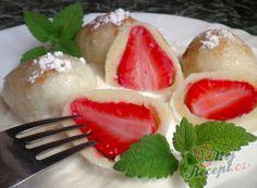 Recept Jahodové knedlíčky z tvarohového těsta se zakysanou smetanou Sweet And Salty, Panna Cotta, Food Porn, Strawberry, Food And Drink, Pudding, Sweets, Baking, Fruit