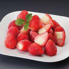 イチゴの芯をくり抜き、練乳と生クリームをたっぷり使ったアイスクリームを搾り入れました。【苺の宝石箱】