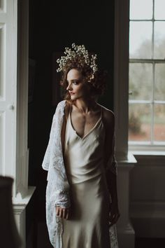Auburn forests, cappuccino roses, dramatic headpiece and raw emotions. This enchanting Irish autumnal wedding inspiration from Petal&Twine and photographer Pawel Bebenca is sure to melt your heart. Irish Wedding, Autumn Wedding, Boho Wedding, Wedding Designs, Wedding Styles, White Cape, Irish Design, October Wedding, Boho Fashion