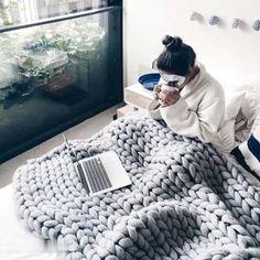 Chunky Knit Blanket - how to crochet chunky blanket Chunky Knit Throw Blanket, Hand Knit Blanket, Sofa Blanket, Blanket Shawl, Arm Knitting, Beginner Knitting, Vogue Knitting, Chunky Yarn, Thick Yarn