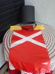 Disfraz de olfato con bolsa roja  http://www.multipapel.com/familia-material-para-disfraces-maquillaje-bolsas-de-color.htm