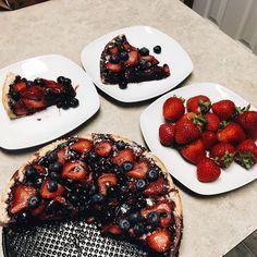 Made a blueberry pie with strawberry decor today 🎂 I didn't think it would turn out good, but thanks to almighty universe the pie is yum-yum-yummy ☺️ Испекла сегодня чернично-клубничный пирог 🍰🍓 Пока фотографировала, недосчиталась одного кусочка - муж слопал 😋  #BakingDay #FoodPornShare #FoodBaby #trvlblog