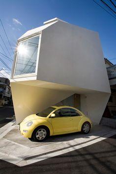 """""""Reflection of Mineral"""" del arq.Yasuhiro Yamashita, es un ejemplo de una mini-vivienda, con sólo 45m2. Su nombre se debe a su similitud con un cristal de cuarzo."""