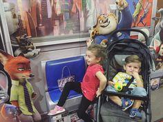 Descripcion grafica de mis hijos... Chicos mirenme una foto! Keilah mas interesada en el display y Josiah mas interesado en la canchita que dejo en su coche....jajajaja by paolagordondr