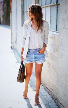 Street style look com blazer listrado e shorts jeans.