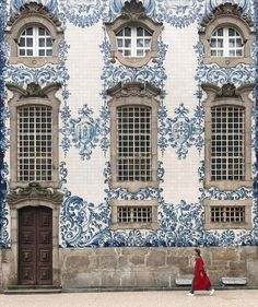 If you're headed to Porto, Portugal these are the most beautiful photo spots that you shouldn't miss, including Carmo church and the Ribeira district. Portuguese Tiles, Belle Villa, Amazing Buildings, Exterior, Best Interior, Helsinki, Beautiful Day, Beautiful Places, Porto