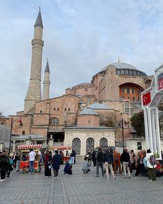 Ihr habt vermutlich schon eines der Videos von den Eisständen Istanbuls gesehen. Die Verkäufer scherzen mit ihren Kunden und bieten eine wahre Show. Während unseres Besuchs entdecken wir zwischen Hagia Sofia und der Blauen Moschee ein paar dieser Eisverkäufer. Ein Spektakel das man sich nicht entgehen lassen sollte. Istanbul Sehenswürdigkeiten Highlights und Tipps für einen Tag am Blog. Auf unserem YouTube Kanal gibts auch ein Video. Folgt uns fur weitere Eindrucke auf @gindeslebensblog You… Youtube Kanal, Gin, Istanbul, Highlights, Street View, Videos, Blog, Instagram, Mosque
