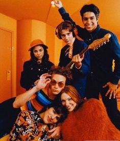I LOVE this photo. Despite the fact how young everyone is here, each individual shot truly exudes the personality traits of each character which is one of the reasons it stood out to me. I also loved the color scheme! So well branded and so Show. 70s Aesthetic, Orange Aesthetic, Aesthetic Pictures, Aesthetic Vintage, Steven Hyde, Movies Showing, Movies And Tv Shows, Arte Van Gogh, 70 Show