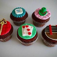 """Cupcakes personalizados no tema """"Alice no País das Maravilhas""""  Entre em contato e peça seu orçamento! limabolosedoces@gmail.com (61) 984883398 #cupcake #cupcaketopper #cupcakedecorado #aliceinwonderland #alicenopaisdasmaravilhas Alice In Wonderland Cakes, Chocolates, Themed Cakes, Cupcake Toppers, Beauty And The Beast, Cake Pops, Oreo, Biscuits, Bakery"""