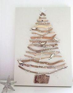 ボードに枝を貼り付けて作ったツリー。飾りにスターや小鳥なども貼っています。場所を取らないうえに作る楽しみもあります。