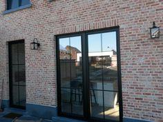 Vb van de terrasdeuren(donkere kleur zelfde als luiken en een niet te kleine vlakverdeling). Zie ook motivatie van de extra buitendeur (keuken naar buiten)