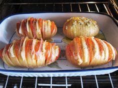 """A pesar del extraño título """"Patatas … Hasselback"""", ésta es una sencillísima manera de hacer unas patatas rellenas al horno. Es una receta de patatas de origen sueco, con un sistema de corte en forma de acordeón, que facilita la cocción y la entrada de sabores en la patata, y con el que conseguimos una …"""