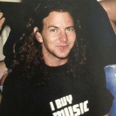 This adorable guy Pearl Jam Eddie Vedder, Buy Music, Dave Grohl, My Church, Kurt Cobain, Choir, Cute Guys, A Good Man, Singer