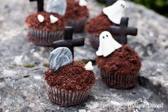 Grabestörtchen: Schaurig schöne Grabestörtchen Unter dieser Schokokuchenkrümel-Friedhofserde schlummert ein verborgener Schrecken! Bewacht von unheimlichen Fondant-Gespenstern klappern zur Geisterstunde nicht nur die Zuckerknochen und Kekskreuze! #Rezept #Halloween