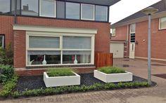 Strakke voortuin in Hoorn witte polyester plantenbak. Van Veen Tuinontwerpen tuinontwerp hovenier tuinaanleg