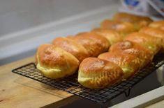 Υλικά για 25 τεμάχια μεσαίου μεγέθους 175 γάλα χλιαρό 25 γρ νωπή μαγιά 200 γρ βιταμ, 80 φρέσκο βούτυρο ( σε θερμοκρασία δωματίου) 20 γρ ηλιέλαιο 12 γρ άχνη 10 γρ αλάτι 2 αυγά 650 αλεύρι Muffin, Bread, Breakfast, Food, Morning Coffee, Muffins, Breads, Baking, Meals