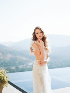 Planning your wedding? This breathtakingly stunning Rocky Oaks Mountain wedding editorial is a must-see wedding inspiration!  #whiteandgoldweddings  #elegantweddingstyle  #destinationweddingideas  #bridaleditorialinspiration