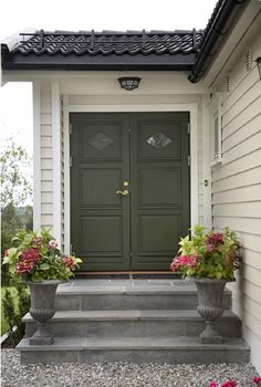 Green, gray, red accents entrances in 2019 дом, дача Sweden House, Porch Steps, Painted Front Doors, Grey Houses, Red Accents, Scandinavian Home, Decoration, Beautiful Homes, Entrance