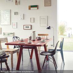 """Ein roter Esstisch aus Holz (""""Stijl""""ist von Richard Lampert) ist der Blickfang im Esszimmer und kommt besonders in Kombination mit einem dunklen Boden (zum Beispiel…"""