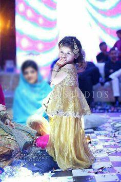 Super Diy Fashion Clothing Dress Little Girls Ideas Kids Dress Wear, Fancy Dress For Kids, Kids Gown, Kids Wear, Pakistani Wedding Outfits, Pakistani Bridal Dresses, Pakistani Suits, Cute Girl Dresses, Flower Girl Dresses