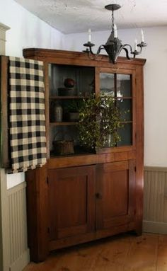 FARMHOUSE – INTERIOR – early american decor inside this vintage farmhouse seems perfect like this primitive corner cupboard. Prim Decor, Country Decor, Rustic Decor, Farmhouse Decor, Primitive Decor, Primitive Country, Primitive Hutch, Corner Hutch, Corner Cupboard
