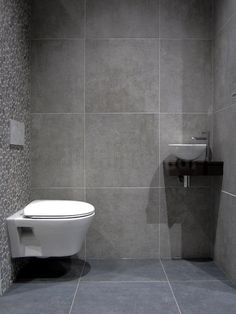 Mozaïek tegels, Tegels badkamer grijs, tegelstroken toilet, muurstrips, toilet badkamer ideeen, natuursteen, tegel inspiratie, betonlook