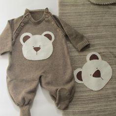 Saída de maternidade é confeccionada artesanalmente em tricô bordada a mão. <br>Macacão e manta. <br> <br> Pode ser alterado o bordado conforme informado na encomenda. Esse bordado foi feito para uma cliente no qual enviou foto do desenho. <br> <br>Tamanhos: P (indicado para recém nascido) ou M.