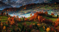 """Queste immagini sono così cristallizzate nella loro bellezza, da sembrare finte, quasi surreali: gli scatti di  Alex Robciuc , fotografo rumeno, sono stati realizzati alle 5 del mattino e ritraggono le montagne della Transilvania illuminate dai primi raggi di sole.   """"Le foto – sp"""