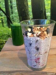 Chia porridge with berries and walnuts and a green veggie juice - Madbanditten. Raw Food Recipes, Healthy Recipes, Vegan Food, Raw Vegan Breakfast, Veggie Juice, Raw Desserts, I Want To Eat, Lchf, Superfood