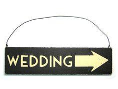 *Wo bitte geht's zur Hochzeit?*    Mit dem kleinen Wegweiserschild finden Eure Gäste den Weg bestimmt.    Das schwarze Schild aus Holz ist mit weiß...