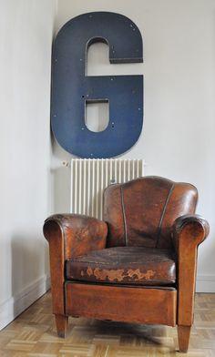 Club et lettre en zinc Sofa Design, Interior Design, Warehouse Living, Love Chair, Leather Sofas, Industrial Chic, Club Chairs, Armchairs, Decoration