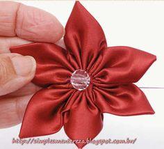 Flor graciosa feita em fita de cetim com a técnica fuxico (yoyo). Recebi por um dos meus grupos de Email.      Use uma fita larga vermelh...